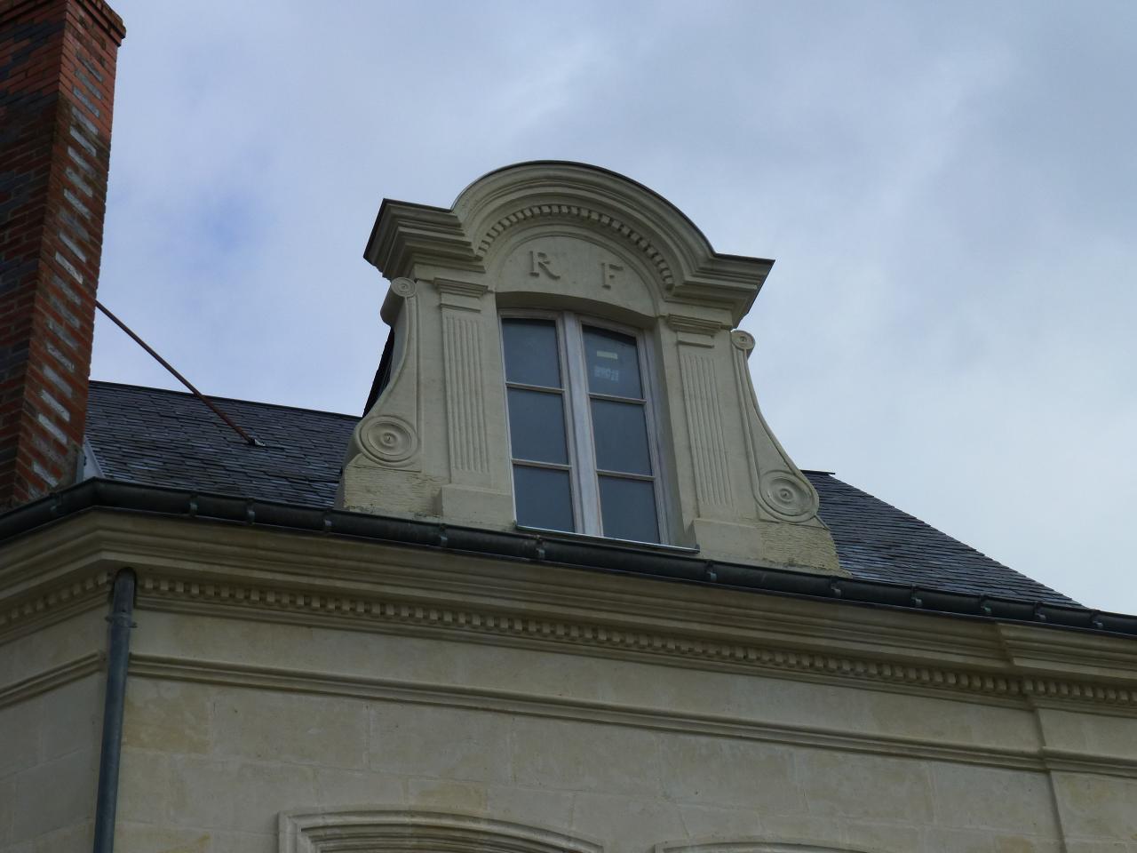 chien assis, Loire rénovation
